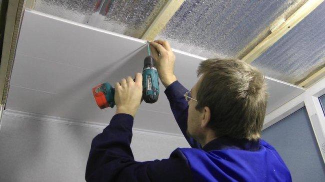 Как крепить ПВХ панели к стене и потолку своими руками: правила монтажа