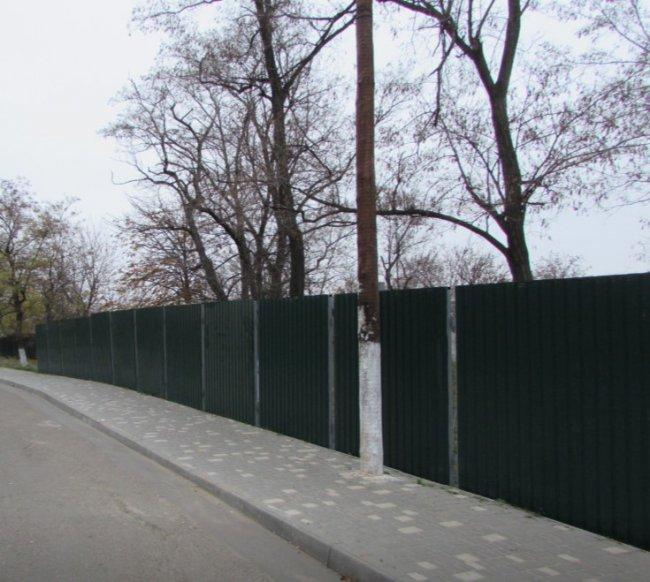 Почему участок на Трассе здоровья ограждён забором?